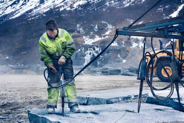Fra skiferbrudd på Oppdal. Her utvinnes skifer av topp kvalitet som brukes til våre gravstein.