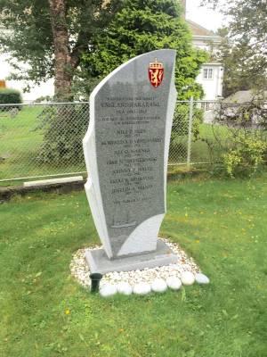 Et unikt gravminne produsert ved Nergård Sten. Oppstilt ved Harøy kirke i Sandøy kommune.