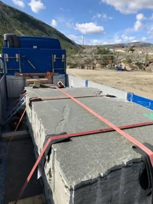 Her lastes en stor blokk med skifer opp på vår lastebil. Den kjøres til produksjon av gravstein.
