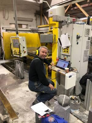 Her sitter Harald foran Ipad'en. Vi kombinerer norsk håndverkstradisjon med moderne teknologi.
